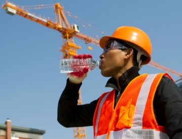 construction-worker-drinking-water-e1432819291428